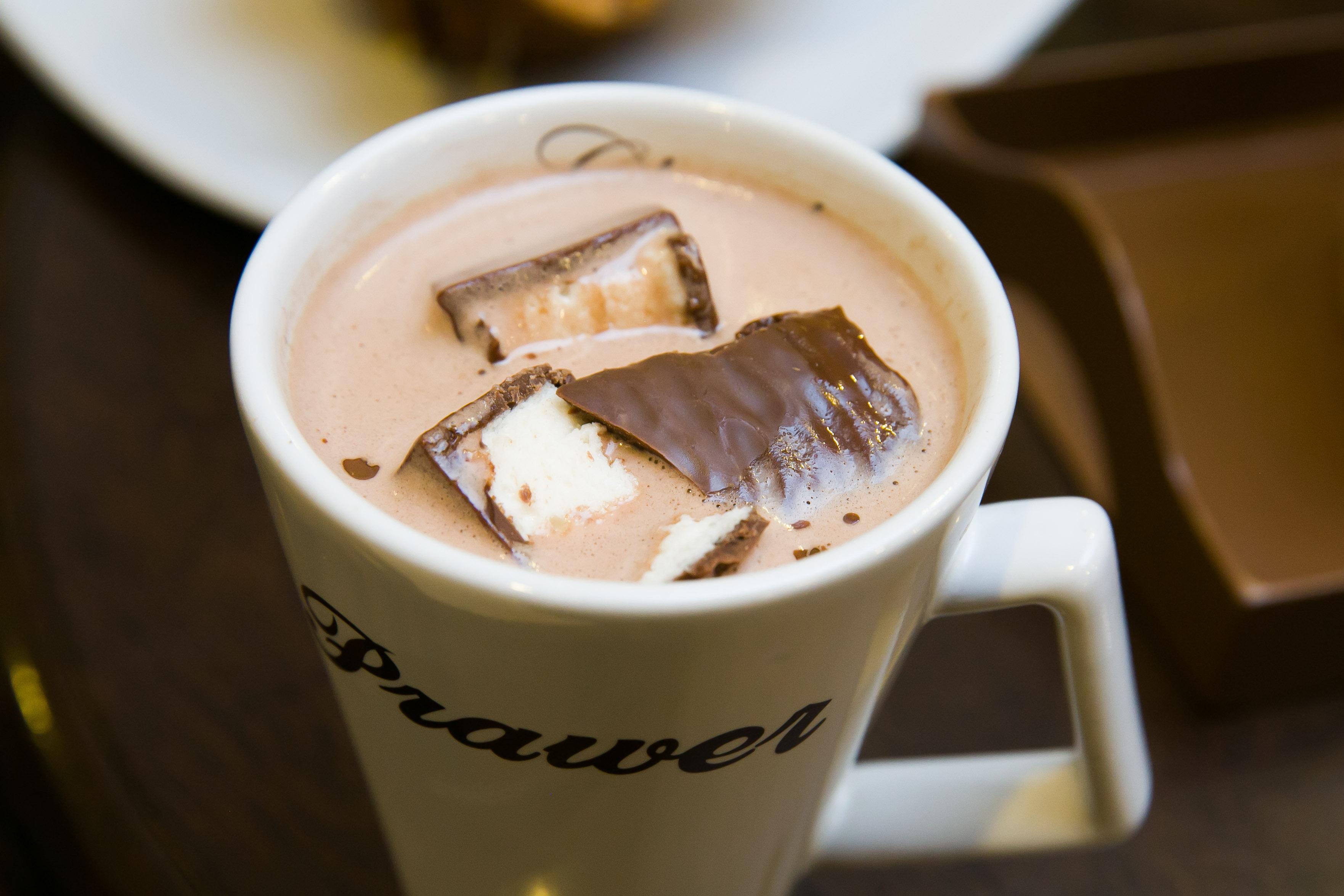 Chocolate quente com bombons de marshmallow